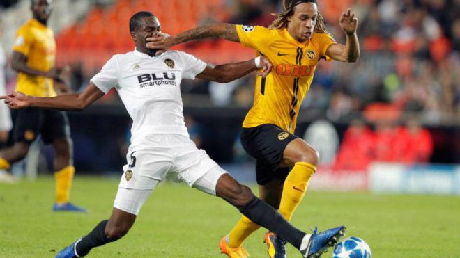 Kondogbia estira la pierna en el partido jugado contra el Young Boya...