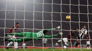 Cristiano Ronaldo bate a Donnarumma durante el Milan-Juventus.