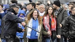 Aficionados durante el último derbi asturiano en el Tartiere...