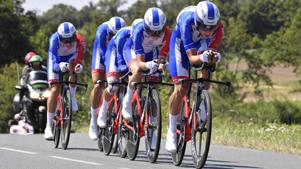 El equipo FDJ rueda durante una CRE.