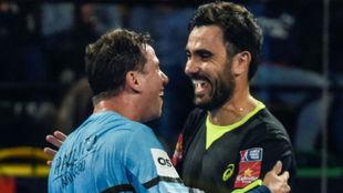 Paquito Navarro y Pablo Lima se abrazan durante el Bilbao Open.