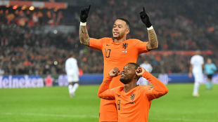 Wijnaldum y Depay celebran el gol de los Países Bajos
