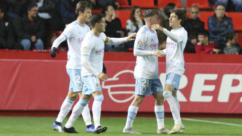 Los jugadores del Real Zaragoza celebran uno de los goles en...