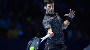 Novak Djokovic golpea ante Marin Cilic.