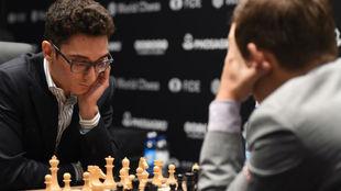 Caruana durante la partida ante Carlsen.