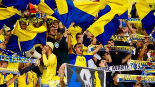 La afición de Las Palmas anima a su equipo durante un partido de la...