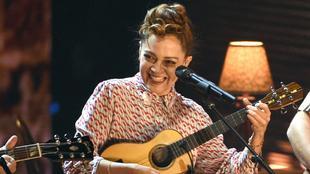 Natalia Lafourcade canta en los Latin Grammy
