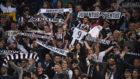 Aficionados de la Juventus animan a su equipo en el Olímpico de Roma