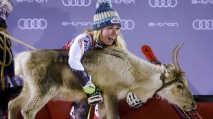 Mikaela Shiffrin posa junto al reno que cada año se llevan los...