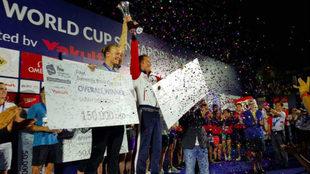 Sarah Sjöström y Vladimir Morozov, con sus cheques de ganadores de...