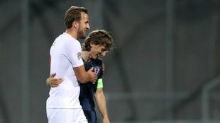 Kane se abraza con Modric.