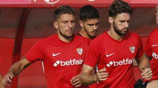 Carriço (30) y Sergi Gómez (26), en un entrenamiento del Sevilla.