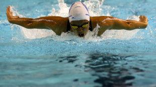 Catalina Corró, nadando la mariposa en la prueba de estilos.