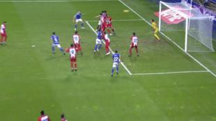 Alanís remata en el área y marca el segundo gol del Oviedo