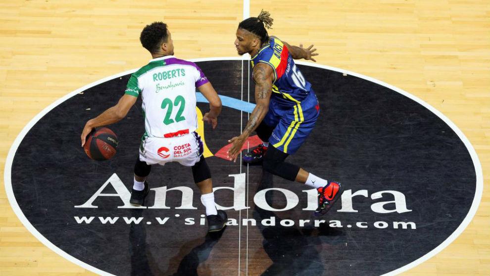 Brian Roberts protege el balón ante la defensa de Andrew Albicy.