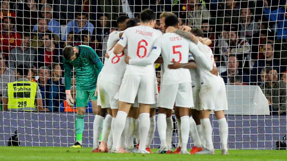 Los jugadores ingleses celebran un gol ante España en Sevlla
