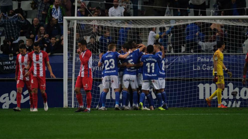 Los jugadores del Oviedo celebran el primer gol ante la tristeza sportinguista