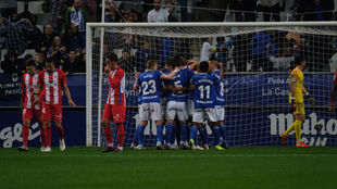 Los jugadores del Oviedo celebran el primer gol ante la tristeza...