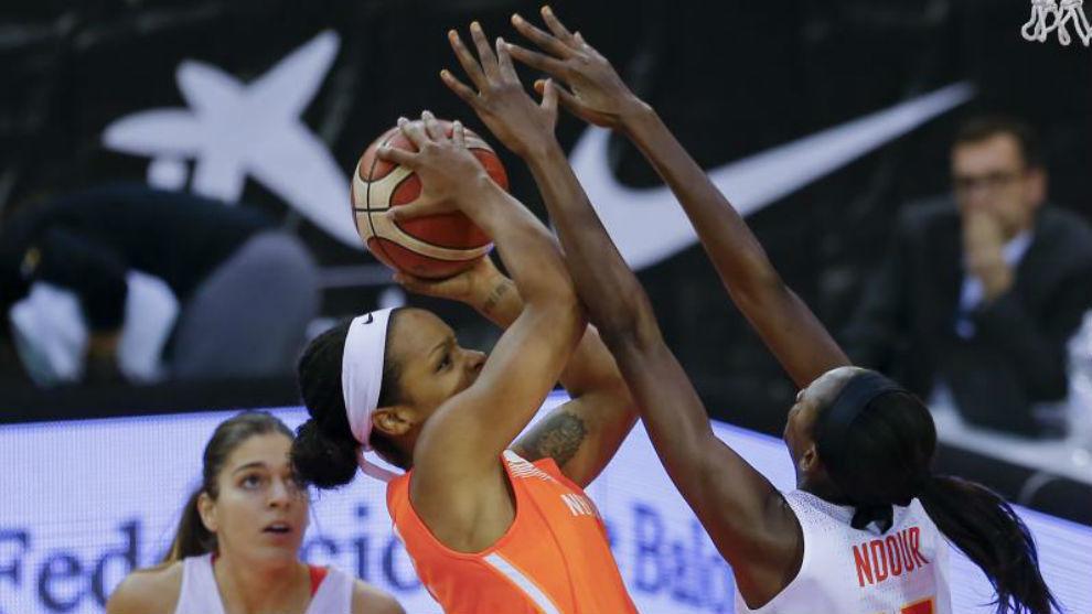 Ndour intenta taponar a una jugadora holandesa ante la mirada de Xargay.