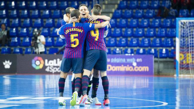 Los jugadores del Barça Lassa celebran un gol en el Palau.