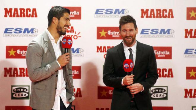 Suárez y Messi, en el acto de entrega de la Bota de Oro de hace justo...