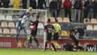 Enric Gallego salta a por el balón junto al meta Edgar Badía