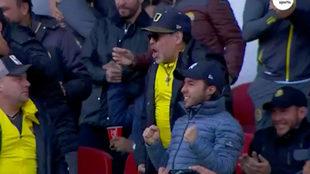 Diego festeja en la tribuna del Francisco Villa.