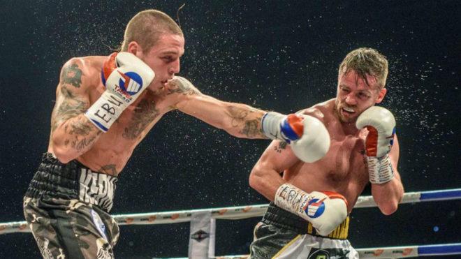 Kerman Lejarraga (26) lanza su izquierda a Gavin.