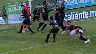 Jorge Córdoba derribó a Guillermo Martínez.