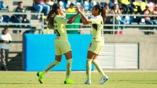 Daniela Espinosa y Zulma Hernández celebra el tanto de las Águilas