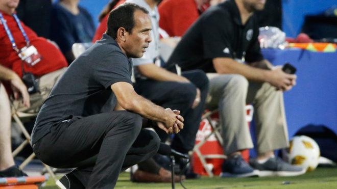 Óscar Pareja dirigen un partido del FC Dallas