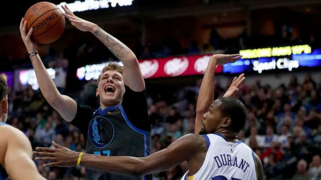 Doncic y Mavericks ganan 112-109 a Warriors en la NBA