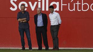 Gallardo, junto a Caparrós y el vicepresidente.