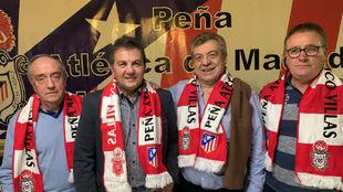 Pedraza, junto a los representantes de la Peña Atlética Cinco-Villas