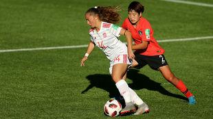 Ainhoa Marín controla el balón ante una jugadora surcoreana.