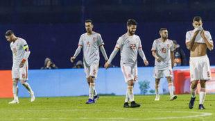 Los jugadores de la selección española abatidos tras la derrota...