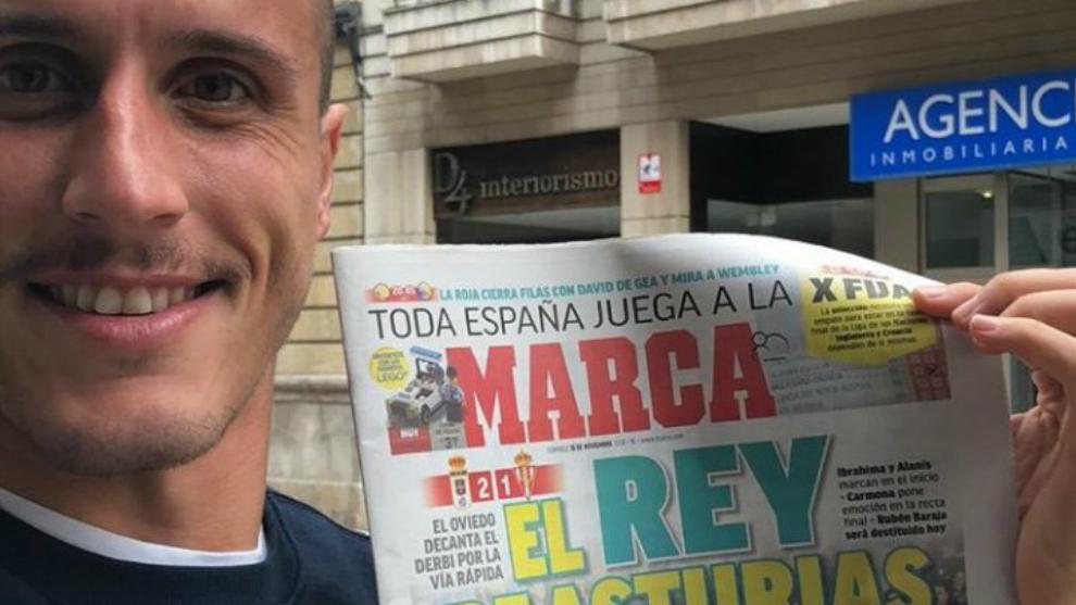 Christian Fernández, jugador del Oviedo, con la portada de MARCA.