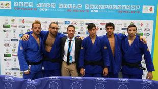 Los judocas del equipo español junto con Alfonso de Diego, el...
