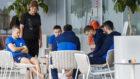 Los jugadores de Bosnia se relajan antes del partido con España.