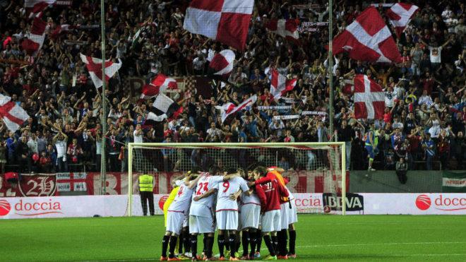 Piña de los jugadores del Sevilla tras vencer al Valladolid.
