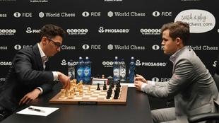 Caruana mueve ante Carlsen en una de las partidas.