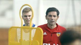 Lato y Marcelino, en un entrenamiento del Valencia en Paterna.