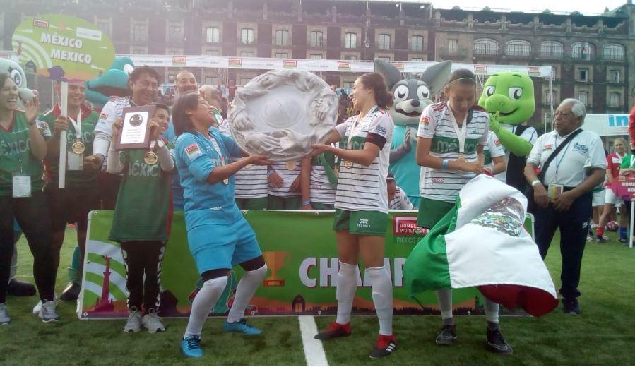Las jugadoras mexicanas levantan el título.