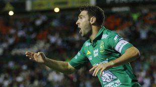 Mauro celebra un gol en el Estadio de León.