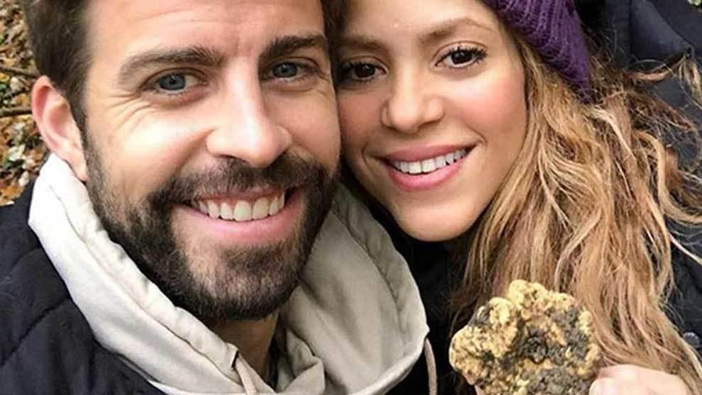 Shakira y Gerard Piqué posando con la trufa blanca que encontraron