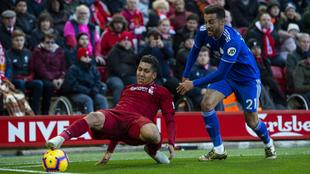 Camarasa, en una acción con el jugador del Liverpool Firmino.