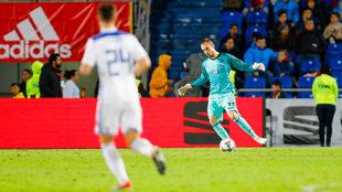 Pau López se dispone a golpear un balón en el España-Bosnia.