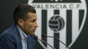 Murillo, el día de su presentación como jugador del Valencia en...