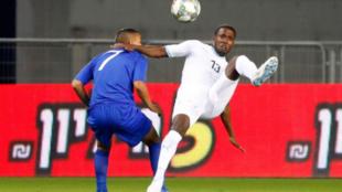 Tawatha disputa un balón en un Israel-Guatemala