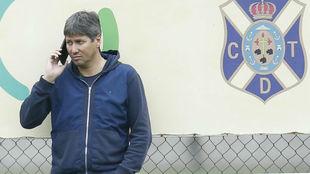 Alfonso Serrano habla por teléfono en las instalaciones de la entidad...